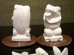【45532】パリマナン・幸せの四つ葉のクローバーを持った、癒しの仲良しカエル 2,400円(税抜)