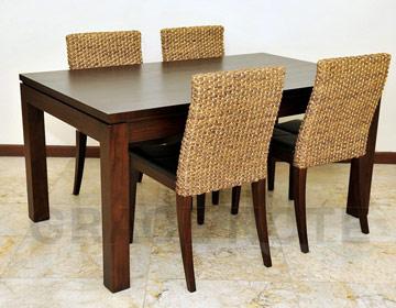 木目の美しさを生かすシンプルテーブル