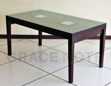 ガラス天板の彫刻が高級感を醸しだすダイニングテーブル