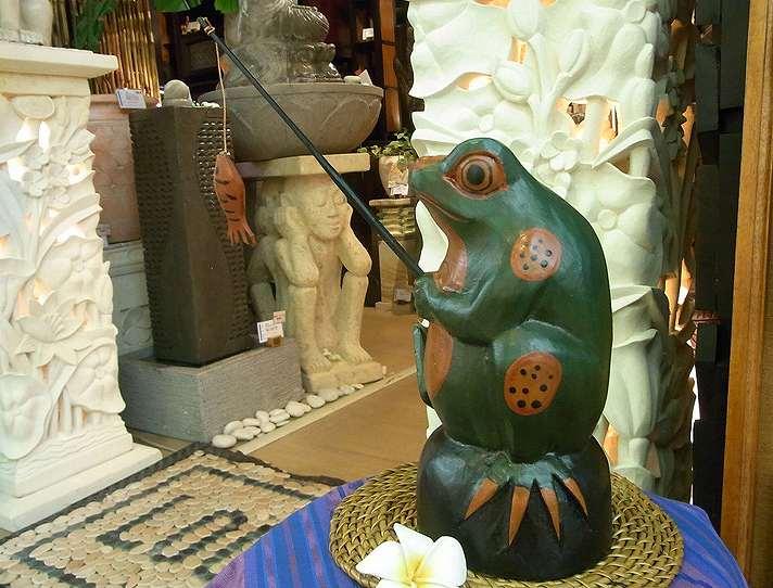 【45912】魚釣りケロさん木製オブジェ