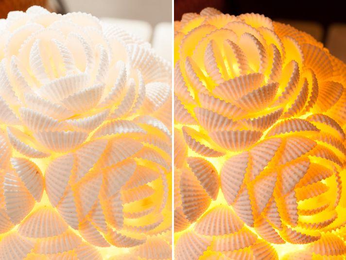 真っ白なバラが光に透けるシェルランプ