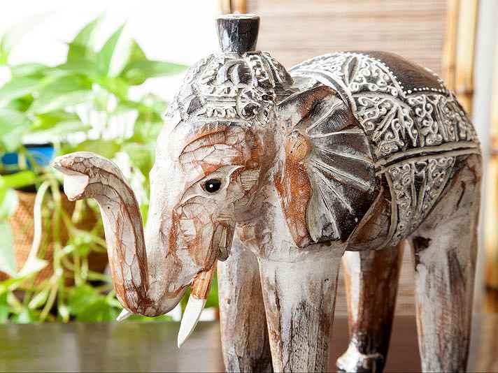 つぶらな瞳がたまらなく可愛い木彫りの象さん