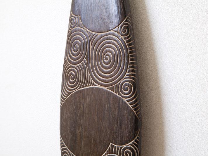 手彫りのカービングが存在感抜群のパドル型壁飾り
