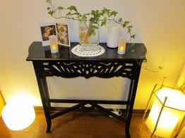 アイボリーとダークブランで統一されたシンプルモダンなお部屋