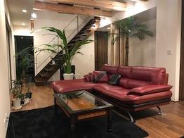 重厚なソファーとのコーディネートが光る、アジアンテイストデビューのお部屋