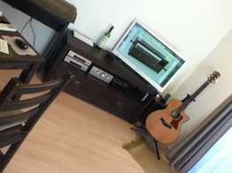 ギターやワインと家具がマッチしたアーティーなお部屋