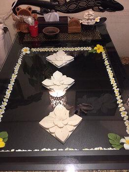 バリ満載の空間に更にバリコーディネイトのダイニングテーブル