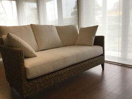 大きな窓の空間に存在感のあるソファーを